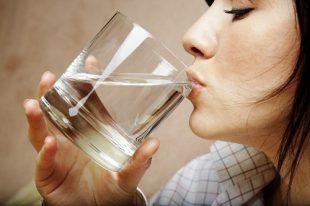 Nên uống nước đun sôi để nguội mỗi sáng